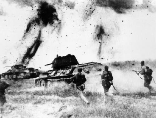 Carri e fanteria russa avanzano sotto il fuoco nemico
