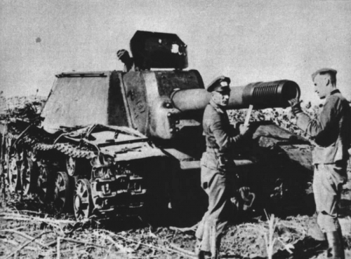 Ufficiali tedeschi esaminano il temibile Su-152 russo