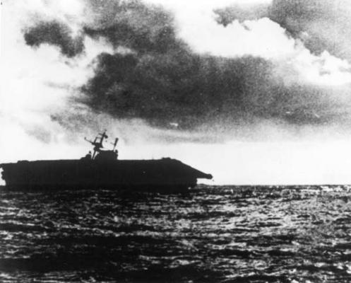 La portaerei Hornet alla deriva è abbandonata al proprio destino