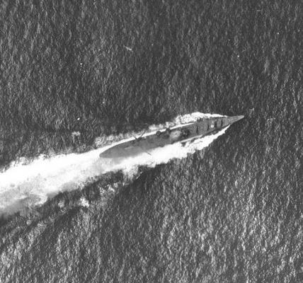 L incrociatore Chikuma sotto attacco. La macchia bianca al centro è il segno di una delle bombe da 1000 libbre.