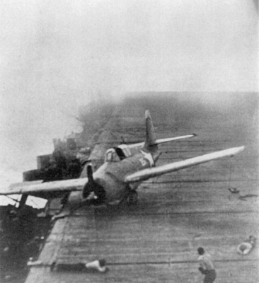Un caccia Wildcat sul ponte dell Enterprise viene sballottato dalle violente manovre della nave per evitare le bombe