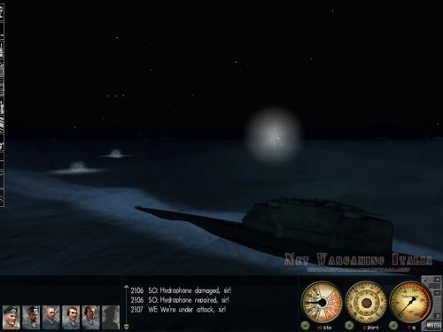 Un destroyer nemico punta i fari contro il nostro tipo XXI e inizia a sparare con il cannone.