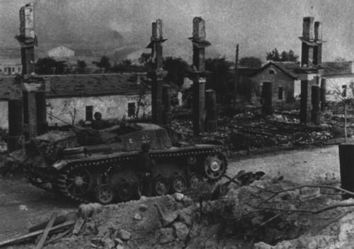 Carro tedesco tra le rovine di un paese